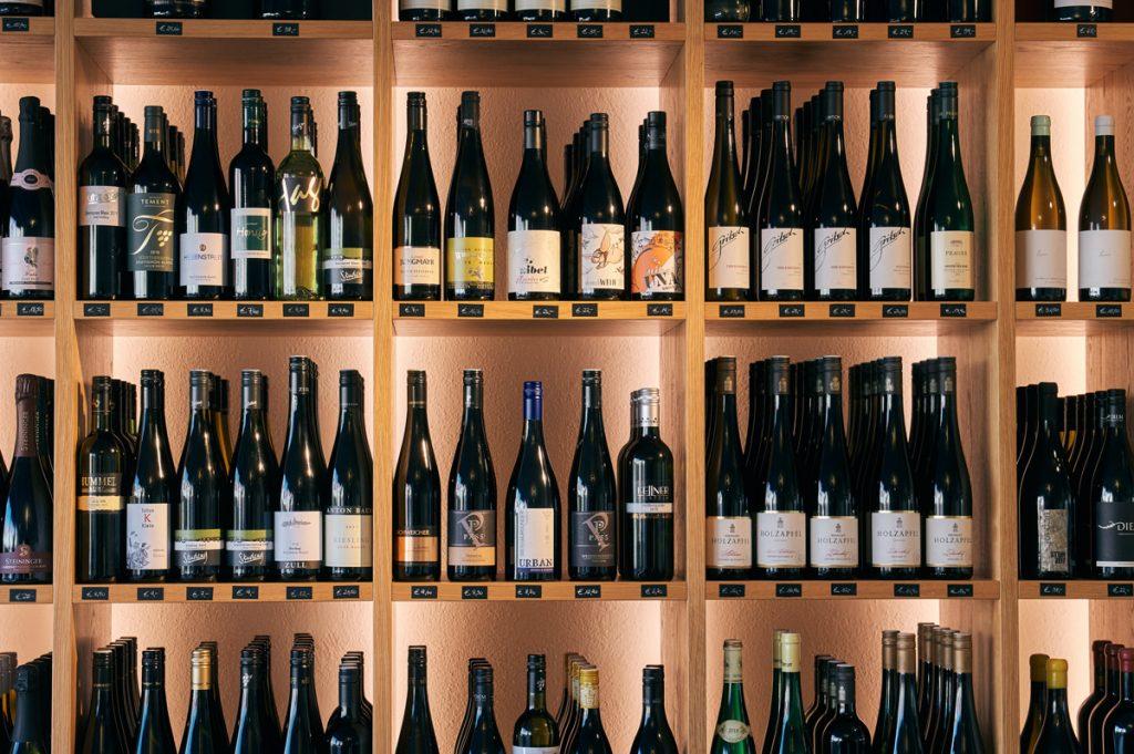 Blick aufs Weinregal mit Weinvielfalt gerade WeinIdeenHonsig