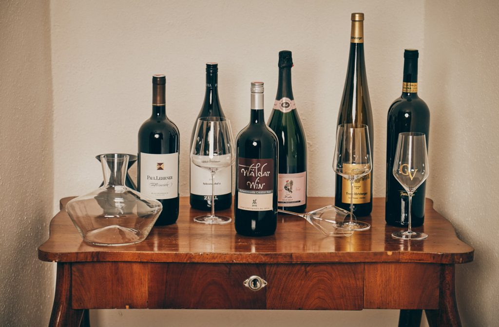 Magnumflaschen und Zaltoglaeser am Tisch WeinIdeenHonsig