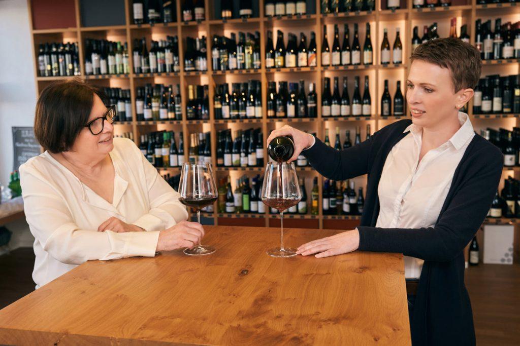 WeinVerkosterei Elisabeth Honsig und Katharina Widhalm beim Einschenken